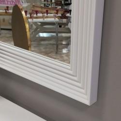 Espejo con marco blanco lacado