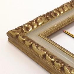 Marco madera labrada Oro viejo y  marfil